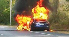 Tesla, una Model S si incendia in Francia durante un test: illesi gli occupanti