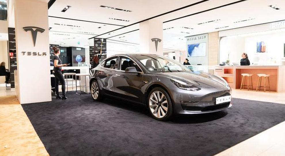 Tesla apre un temporary store a Roma, Model 3 in mostra alla Rinascente: test nel traffico