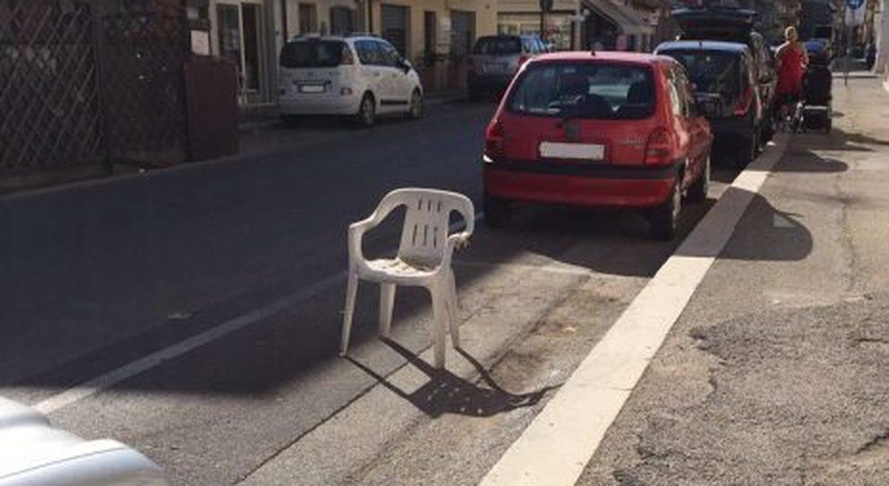 Ecco un classico esempio di parcheggio occupato da una sedia