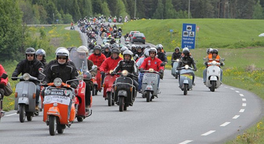 Vespa World Days 2017, in Germania l'invasione dei mitici scooter per il raduno annuale